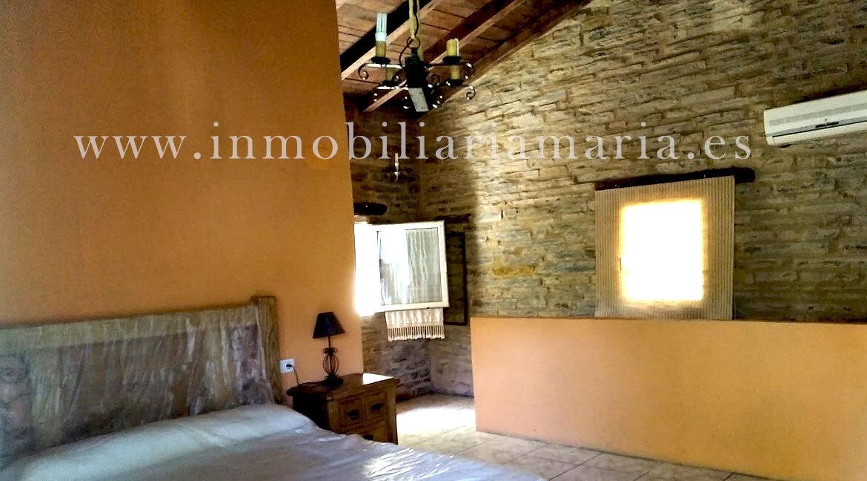 Habitacion-abohardillada-apartamentos-rurales-Ribeira-de-Piquin
