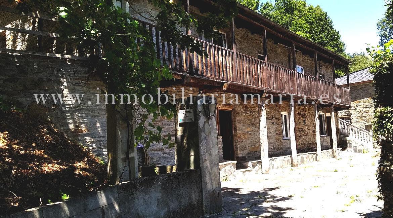 Patio-Apartamentos-rurales-Ribeira-de-Piquin