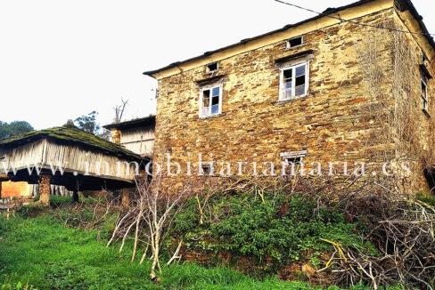 casa con hórreo en Viallaimil